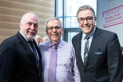 komba Bundesvorsitzender Andreas Hemsing (rechts) und dbb Bundesvorsitzender Ulrich Silberbach (links) gratulierten Klaus-Dieter Schulze zur Wiederwahl. © dbb/Marco Urban